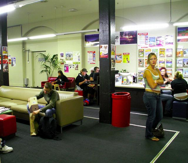 base-sydney-backpackers-common-room